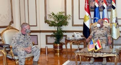 وزير الدفاع يبحث مع قائد القيادة المركزية الأمريكية عددا من الموضوعات