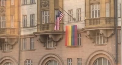 رفع علم المثلية الجنسية علي السفارة الأمريكية بموسكو