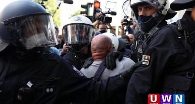 عاجل .. شرطة برلين تفض مظاهرة للآلاف ضد سياسة احتواء «كورونا» (صور)