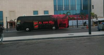 حافلة النادي الأهلي تصل إلى ستاد القاهرة استعداداً لمباراة الديربي