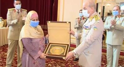 وزير الدفاع يكرم قادة القوات المسلحة المحالين للتقاعد وسيدة القطار
