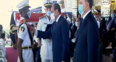 """الرئيس السيسي يمنح أوائل """"كلية الشرطة"""" أنواط الامتياز من الدرجة الثانية (فيديو)"""
