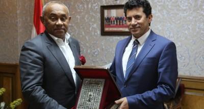 """""""وزير الرياضة"""" يتواصل هاتفيا مع """"رئيس الكاف"""" للاطمئنان على صحته"""