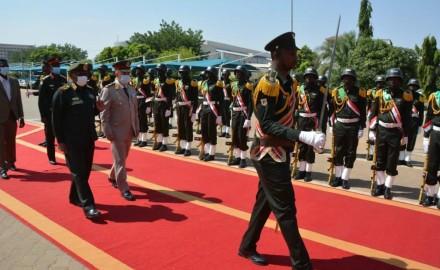 """""""رئيس أركان حرب القوات المسلحة"""" يصل السودان في زيارة رسمية"""