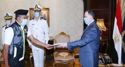 وزير الداخلية يكرم أمين شرطة لالتزامه بواجبه الوظيفي