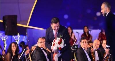 جمهور الموسيقى العربية يقدم بوكيه ورد ل«هاني شاكر»