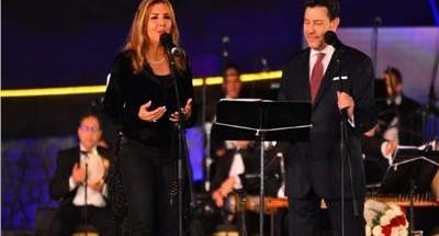 «هاني شاكر» يفاجئ الجمهور بدويتو مع «نادية مصطفى».. ويطربهم بأغاني «العندليب»