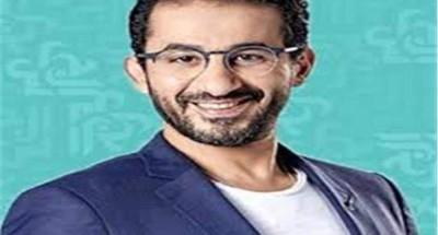 """«أحمد حلمي» يداعب ابنته «لي لي»: """"أنا بخلع درس.. مش بقطع كيك"""""""
