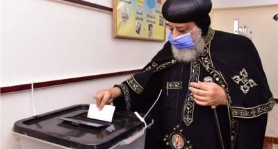 """""""البابا تواضروس الثاني"""" يدلي بصوته في انتخابات مجلس النواب"""