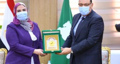 """""""محافظ الشرقية"""" يمنح """"وزيرة التضامن الاجتماعي"""" درع المحافظة تقديرا لجهودها"""