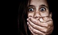 شاهد .. وحش يحاول اغتصاب طفلة وخنقها خوفا من الفضيحة