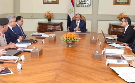 """الرئيس """"السيسي"""" يجتمع مع """"مدبولي"""" وعدد من الوزارات"""