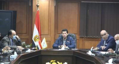 """""""وزير الشباب والرياضة"""" يجتمع باللجنة العليا لليد للوقوف على أخر الاستعدادات للبطولة"""