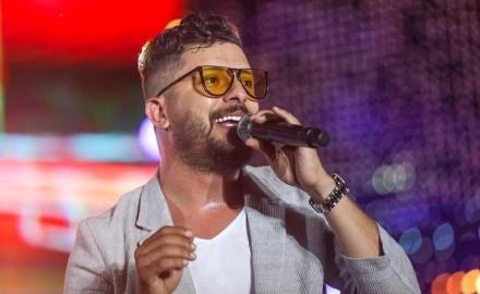 «حاتم عمور» يفاجئ جمهوره بأغنية جديدة بالإسبانية