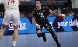 """""""أحمد الأحمر"""" يُداعب الأُخطُبُوط بعد تألقه في مباراة بيلاروسيا"""