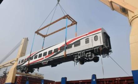 """""""وزير النقل"""" يعلن وصول 22 عربة سكة حديد جديدة للركاب إلى ميناء الإسكندرية"""