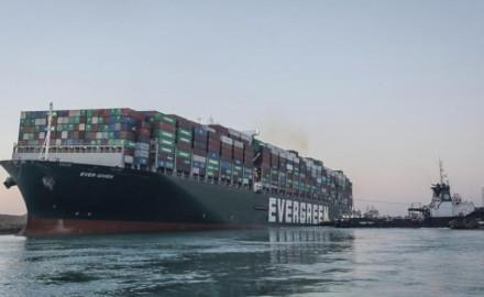 """شاهد لحظة بدء تعويم سفينة """"قناة السويس"""" الجانحة"""