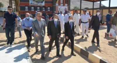 محافظ سوهاج يتابع سير العمل بمشروعات المبادرة بقرى مركز دار السلام