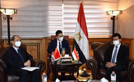 وزير الرياضة يبحث التعاون الثنائي مع القائم بأعمال السفير الصيني بالقاهرة