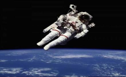 تجربة السير في الفضاء من خلال الواقع الافتراضي