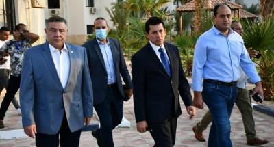 وزير الرياضة ومحافظ البحر الأحمر يتفقدان تطورات المدينة الشبابية بالغردقة