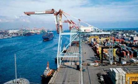 سفن وبضائع متنوعة في مؤاني البحر الاحمر
